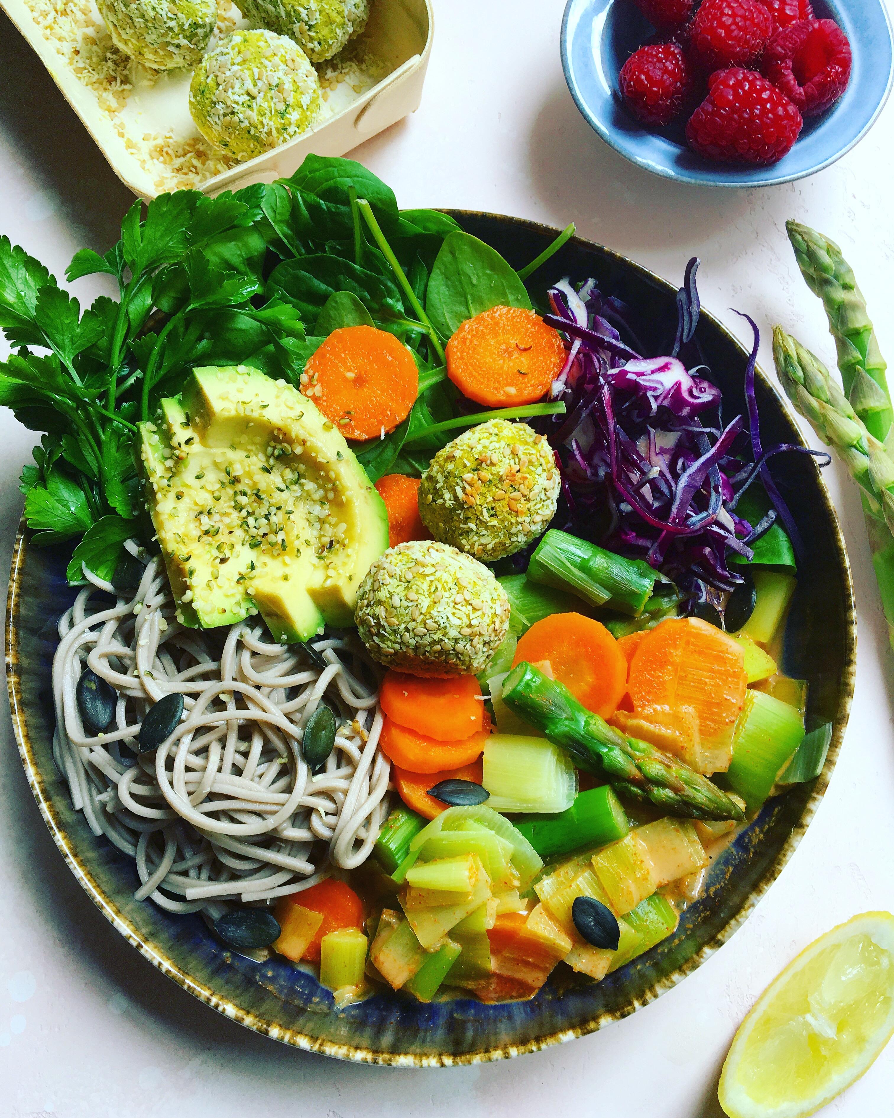 L'Atelier V Salade gourmande falafel, houmous, avocado, nouilles soba, asperges