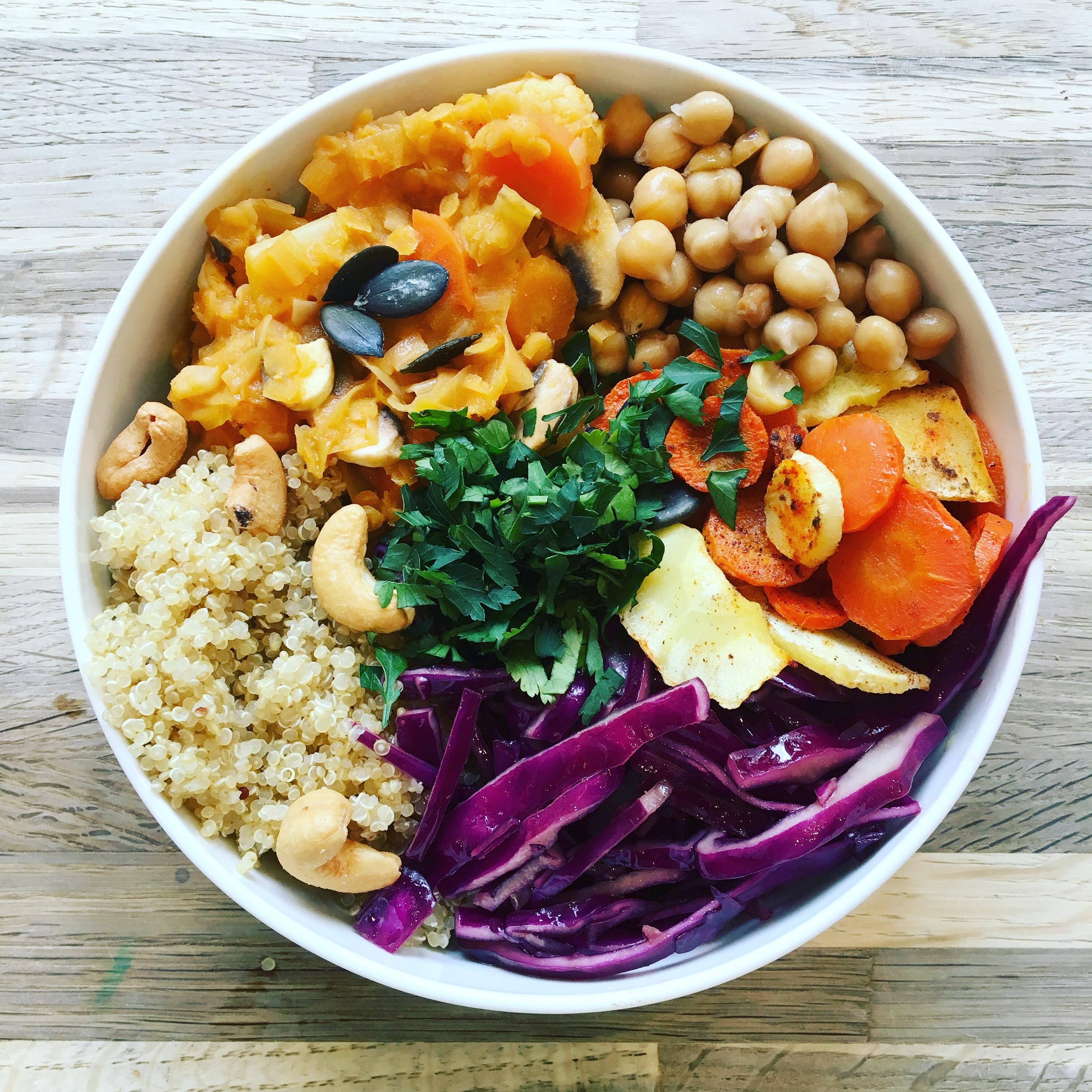 Buddha bowl, chou rouge, pois chiches, quinoa, persil, noix de cajou, carottes, panais rotis
