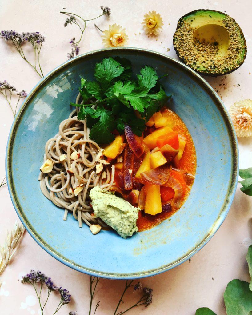 Curry Thai rouge, coriandre, avocat, carottes, panais, nouilles soba