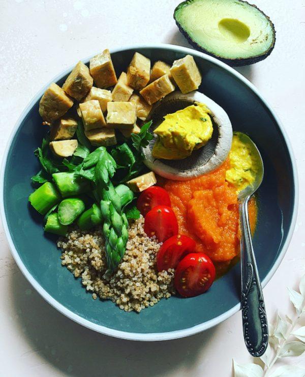 Buddha bowl quinoa, asperges, puree de carotte, tempeh, houmous coriandre l'atelier V, tomates cerises