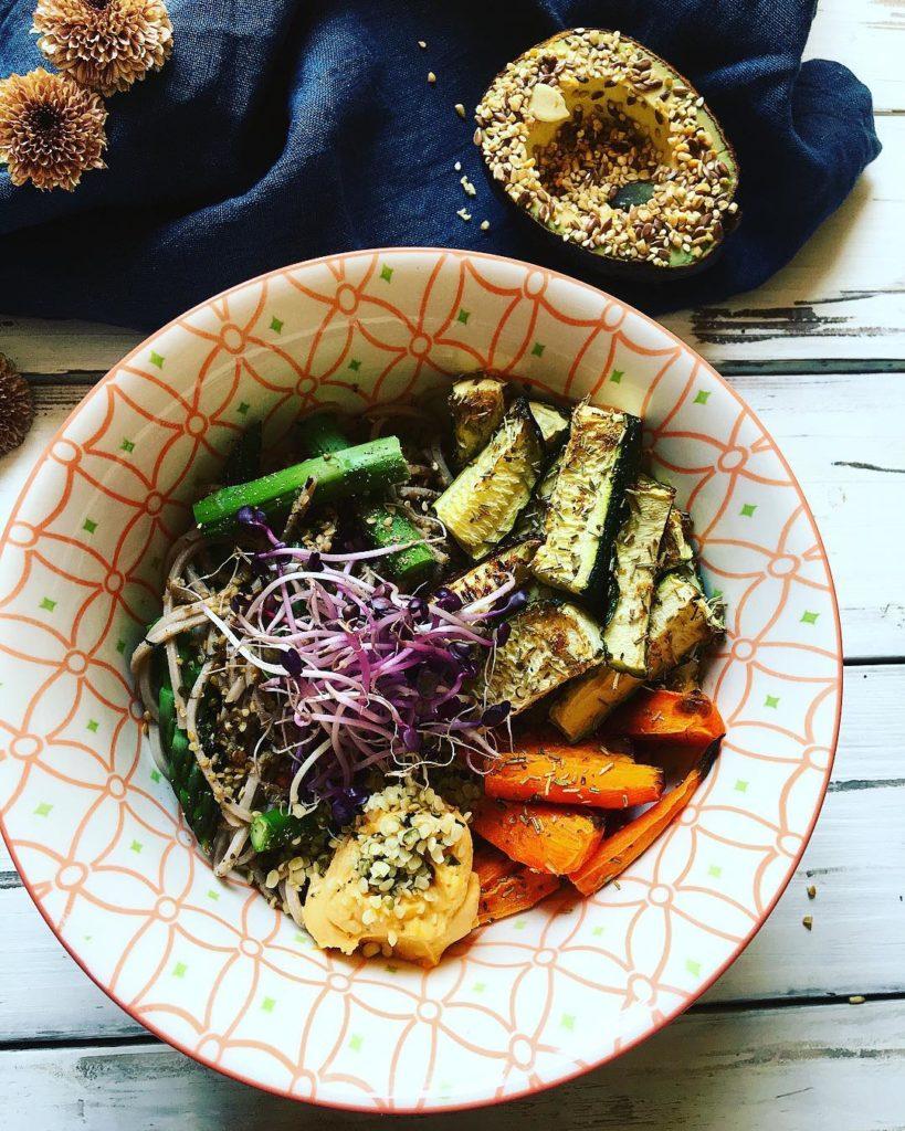 Nouilles soba, houmous lentilles, courgettes, carottes, asperges rôties au four aux herbes
