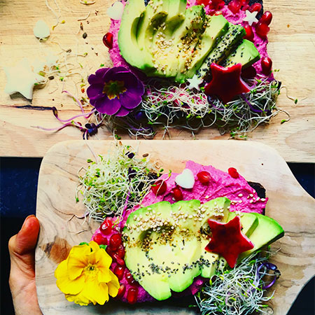 avocado toast, houmous betterave, graines germées, decoration
