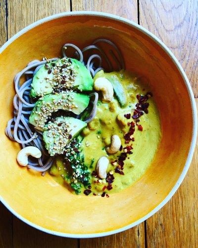 Curry patate douce, kale, nouilles soba, champignons avec avocat, noix de cajou et piment